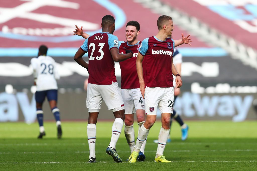 LONDON, ENGLAND - FEBRUARY 21: Jesse Lingard of West Ham United celebrates with team mates (L - R) Jarrod Bowen, Declan Rice, Pablo Fornals and Tomas Soucek after scoring their side's second goal during the Premier League match between West Ham United and Tottenham Hotspur at London Stadium on February 21, 2021 in London, England. Sporting stadiums around the UK remain under strict restrictions due to the Coronavirus Pandemic as Government social distancing laws prohibit fans inside venues resulting in games being played behind closed doors. (Photo by Kirsty Wigglesworth - Pool/Getty Images)