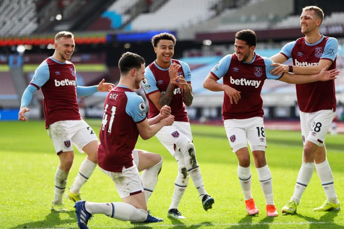 LONDON, ENGLAND - FEBRUARY 21: Jesse Lingard of West Ham United celebrates with team mates (L - R) Jarrod Bowen, Declan Rice, Pablo Fornals and Tomas Soucek after scoring their sides second goal during the Premier League match between West Ham United and Tottenham Hotspur at London Stadium on February 21, 2021 in London, England. Sporting stadiums around the UK remain under strict restrictions due to the Coronavirus Pandemic as Government social distancing laws prohibit fans inside venues resulting in games being played behind closed doors. (Photo by Kirsty Wigglesworth - Pool/Getty Images)