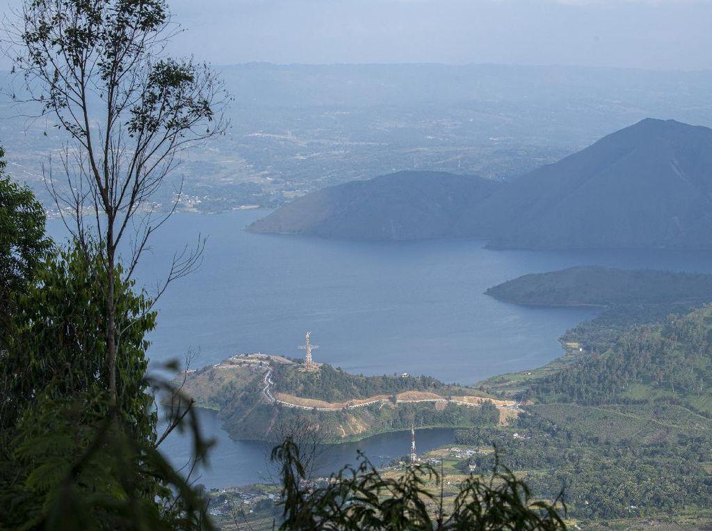 Menikmati Keindahan Danau Toba dari Menara Pandang Tele