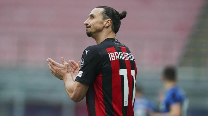 AC Milans Zlatan Ibrahimovic looks up during the Serie A soccer match between AC Milan and Inter Milan, at the San Siro Stadium in Milan, Italy, Sunday, Feb. 21, 2021. (Spada/LaPresse via AP)