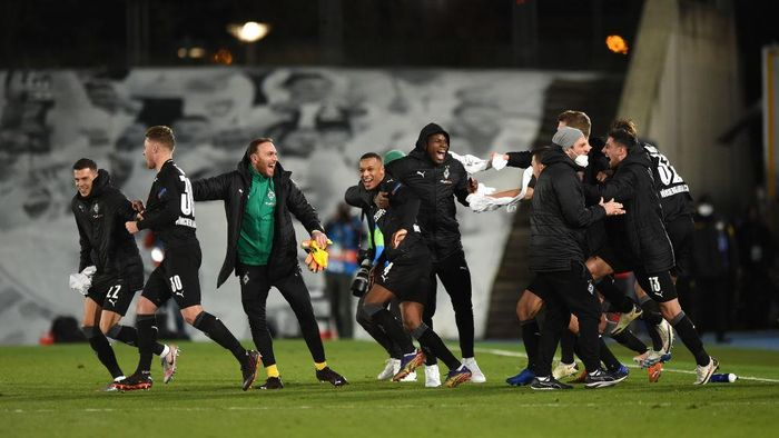 MADRID, SPAIN - DECEMBER 09:  Alassane Plea of Borussia Moenchengladbach and teammates celebrate on the pitch at full-time after finding out they have qualified for the UEFA Champions League last 16 after the UEFA Champions League Group B stage match between Real Madrid and Borussia Moenchengladbach at Estadio Alfredo di Stefano on December 09, 2020 in Madrid, Spain. Sporting stadiums around Spain remain under strict restrictions due to the Coronavirus Pandemic as Government social distancing laws prohibit fans inside venues resulting in games being played behind closed doors. (Photo by Denis Doyle/Getty Images)