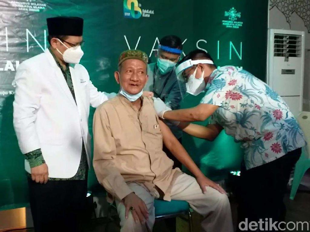 Momen Kiai NU di Jawa Timur Divaksin AstraZeneca