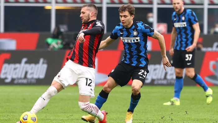 MILAN, ITALY - FEBRUARY 21:  Ante Rebic of AC Milan competes for the ball with Nicolo Barella of Internazionale during the Serie A match between AC Milan  and FC Internazionale at Stadio Giuseppe Meazza on February 21, 2021 in Milan, Italy. (Photo by Marco Luzzani/Getty Images)