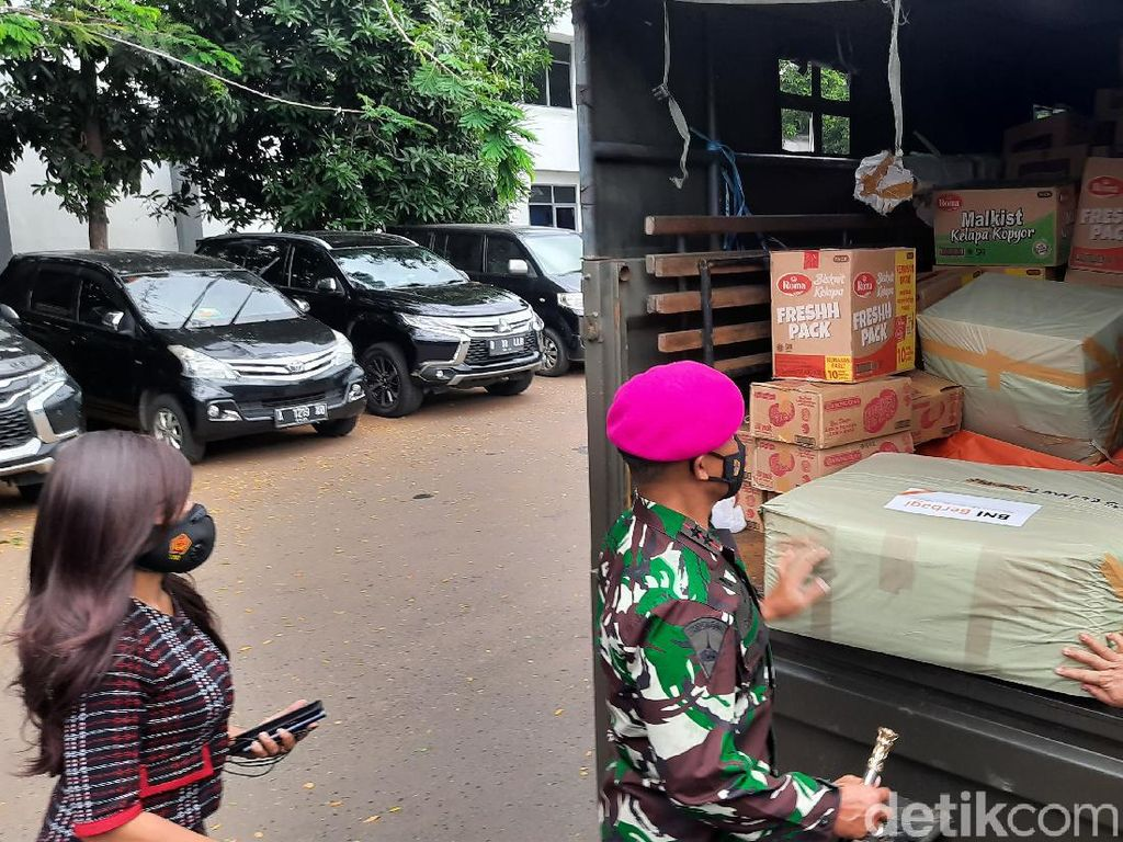 Marinir Kirim 7 Truk Isi Sembako untuk Korban Banjir Bekasi-Karawang