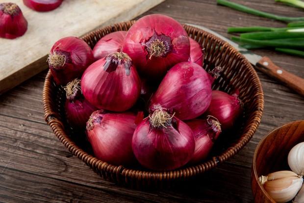 Bukan hanya bermanfaat sebagai bumbu masakan. Bawang merah juga bisa kamu manfaatkan untuk menghilangkan bekas luka yang menghitam.