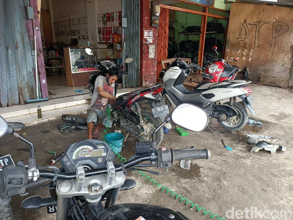 Banjir Karawang, Tukang Bengkel Motor Ini Raup Cuan Banyak