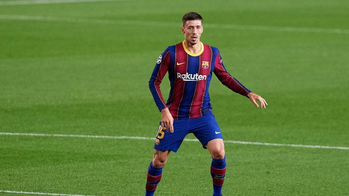 BARCELONA, SPAIN - OCTOBER 20: Clement Lenglet of FC Barcelona conducts the ball during the UEFA Champions League Group G stage match between FC Barcelona and Ferencvaros Budapest at Camp Nou on October 20, 2020 in Barcelona, Spain. (Photo by Alex Caparros/Getty Images)