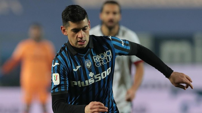 BERGAMO, ITALY - JANUARY 14:  Cristian Romero of Atalanta BC in action during the Coppa Italia match between Atalanta BC and Cagliari Calcio at Gewiss Stadium on January 14, 2021 in Bergamo, Italy. Sporting stadiums around Italy remain under strict restrictions due to the Coronavirus Pandemic as Government social distancing laws prohibit fans inside venues resulting in games being played behind closed doors. (Photo by Emilio Andreoli/Getty Images)