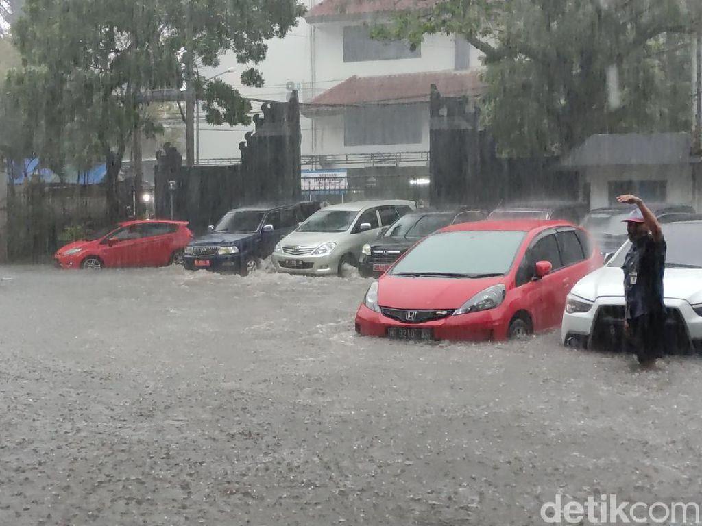 Kompleks Kantor Gubernur Jateng-Simpang Lima Kebanjiran