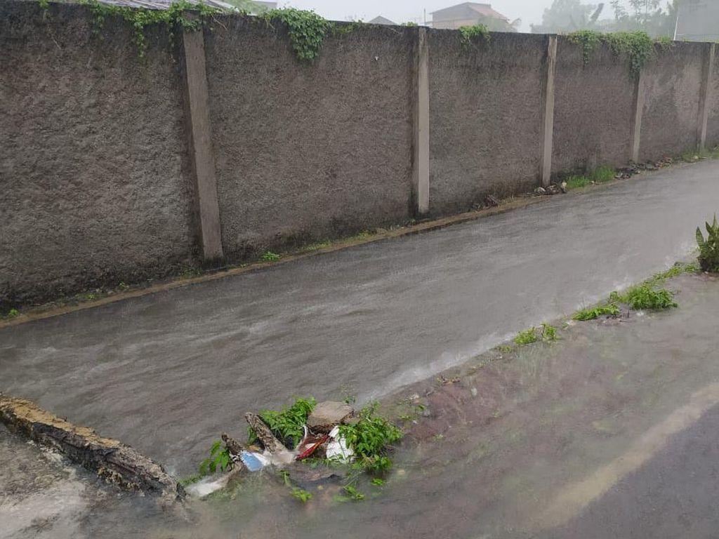 Jakarta Timur Diguyur Hujan Deras, Genangan Mulai Muncul