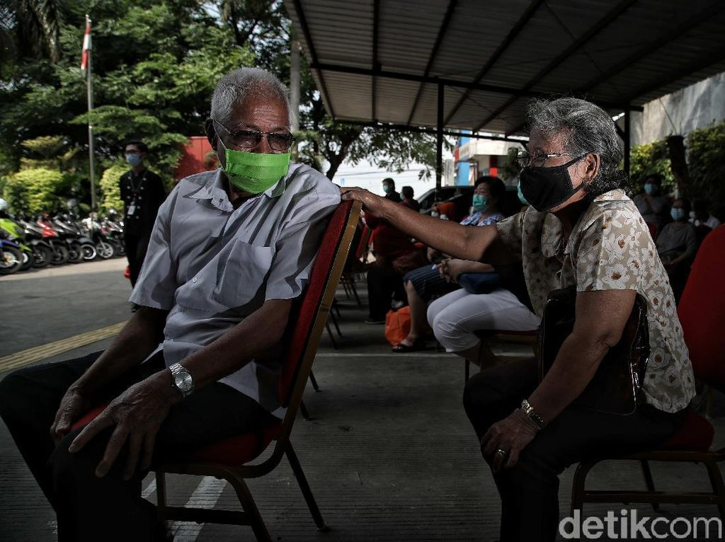 Viral Antrean Vaksinasi COVID-19 untuk Lansia, Ini Tanggapan Satgas