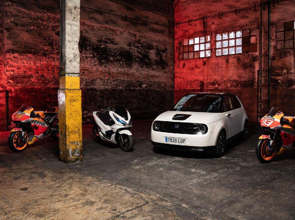 Ketika Motor MotoGP Bersanding dengan Mobil Listrik dan PCX Electric