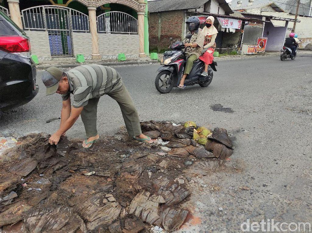 Jalan Berlubang di Sidoarjo Ditambal Pakai Sabut Kelapa Agar Tak Makan Korban