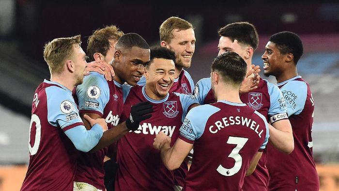 LONDON, ENGLAND - FEBRUARY 15: Issa Diop of West Ham celebrates with teammates (L-R) Jarrod Bowen, Jesse Lingard, Tomas Soucek, Aaron Cresswell, Declan Rice and Ben Johnson after scoring their teams second goal during the Premier League match between West Ham United and Sheffield United at London Stadium on February 15, 2021 in London, England. Sporting stadiums around the UK remain under strict restrictions due to the Coronavirus Pandemic as Government social distancing laws prohibit fans inside venues resulting in games being played behind closed doors. (Photo by Glyn Kirk - Pool/Getty Images)