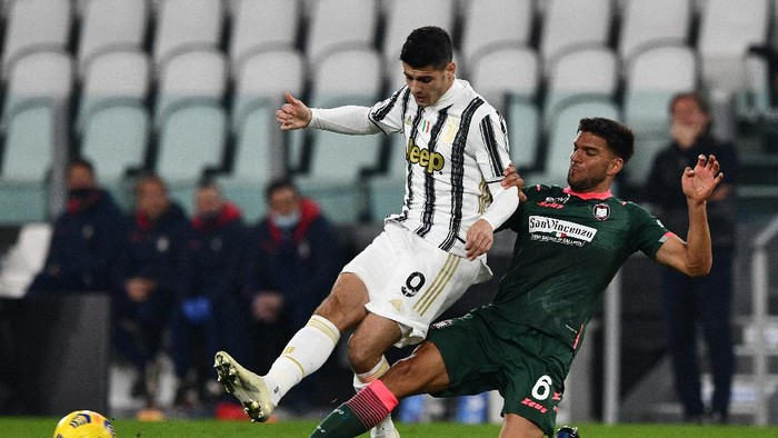 TURIN, ITALY - FEBRUARY 22: Alvaro Morata of Juventus is challenged by Lisandro Magallan of FC Crotone during the Serie A match between Juventus and FC Crotone at Allianz Stadium on February 22, 2021 in Turin, Italy. Sporting stadiums around Italy remain under strict restrictions due to the Coronavirus Pandemic as Government social distancing laws prohibit fans inside venues resulting in games being played behind closed doors. (Photo by Chris Ricco/Getty Images)
