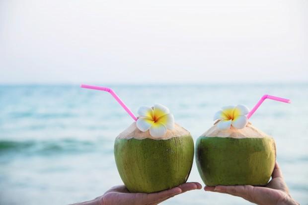 Kandungan vitamin C pada kelapa ini dapat kamu gunakan untuk menghilangkan bekas luka yang menghitam di kulit.