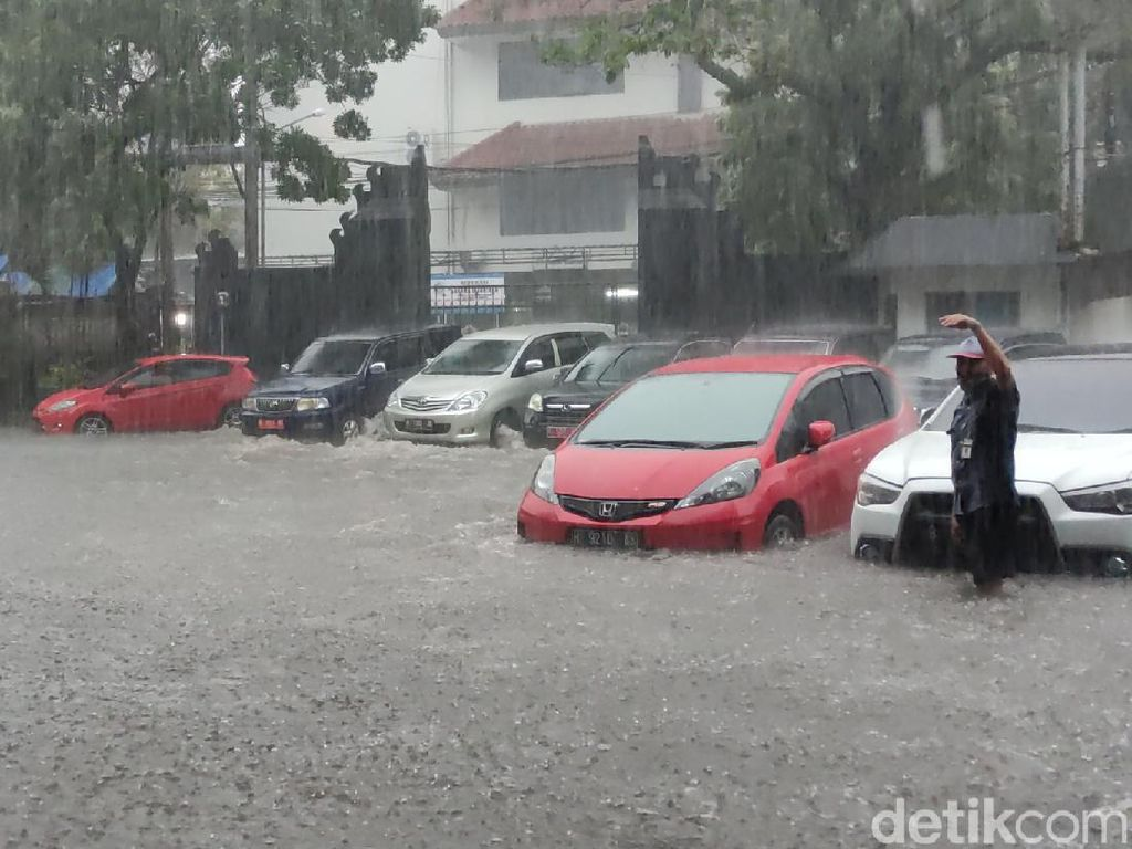 Kaget Kantor Gubernur Jateng Banjir, Ganjar Minta Audit Sumber Air