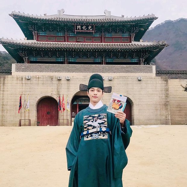 L INFINITE saat menjalani syuting drama Royal Secret Agent (instagram.com/kim_msl)