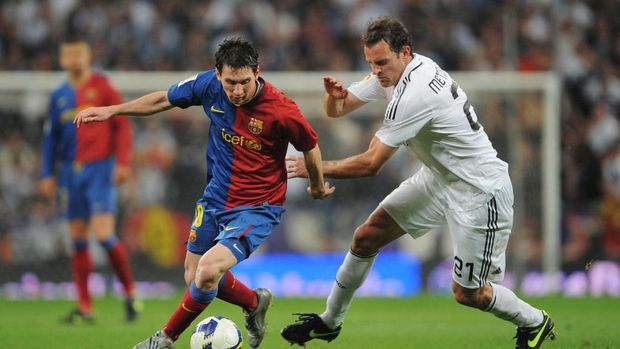 MADRID, SPAIN - MAY 02: Lionel Messi of Barcelona (L) beats Cristoph Metzelder of Real Madrid during the La Liga match between Real Madrid and Barcelona at the Santiago Bernabeu stadium on May 2, 2009 in Madrid, Spain. Barcelona won the match 6-2.  (Photo by Denis Doyle/Getty Images)