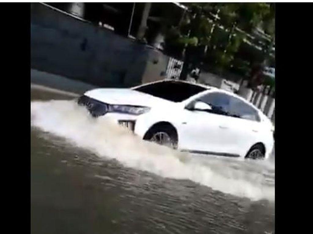 Mobil Listrik Nekat Terjang Banjir di Jakarta, Masih Aman?