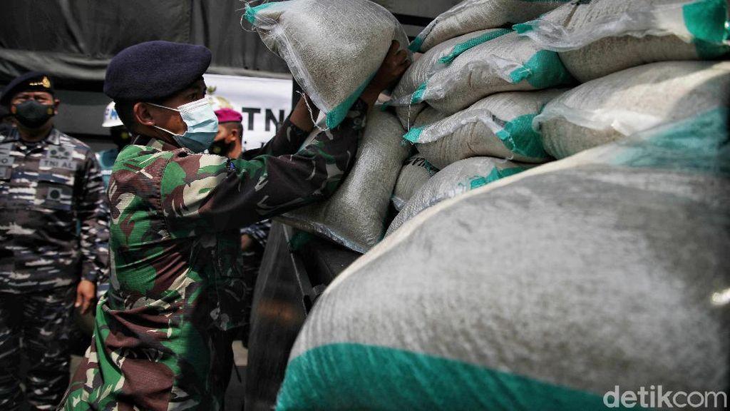 Momen TNI AL Salurkan Bantuan Korban Banjir Bekasi-Karawang