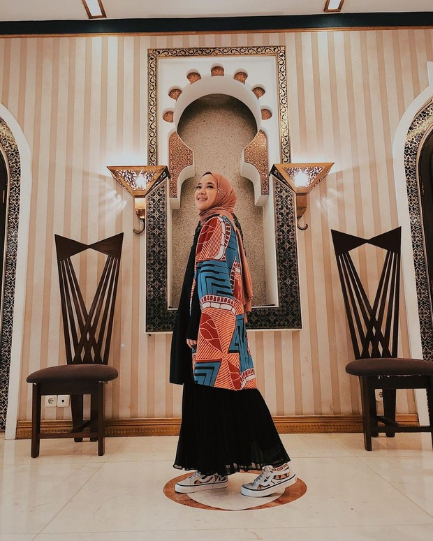 Nissa Sabyan tampil dengan chic style/instagram.com/nissa_sabyan
