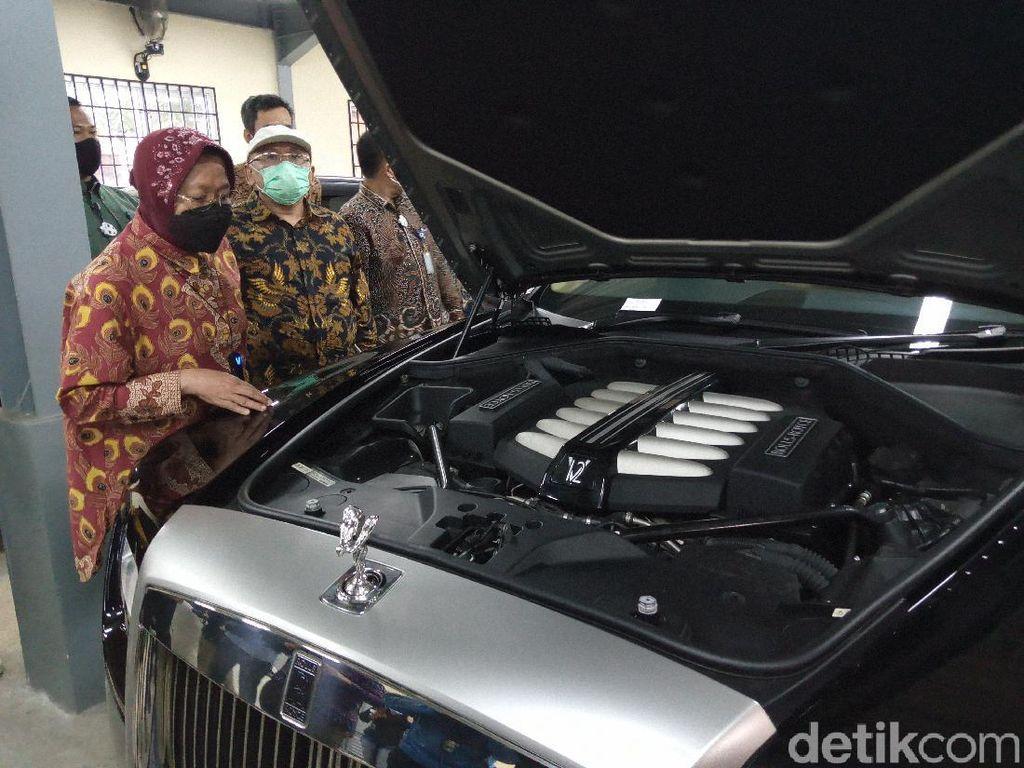 Bantu Korban Bencana, Mensos Risma Lelang Mobil Rolls-Royce Program Undian