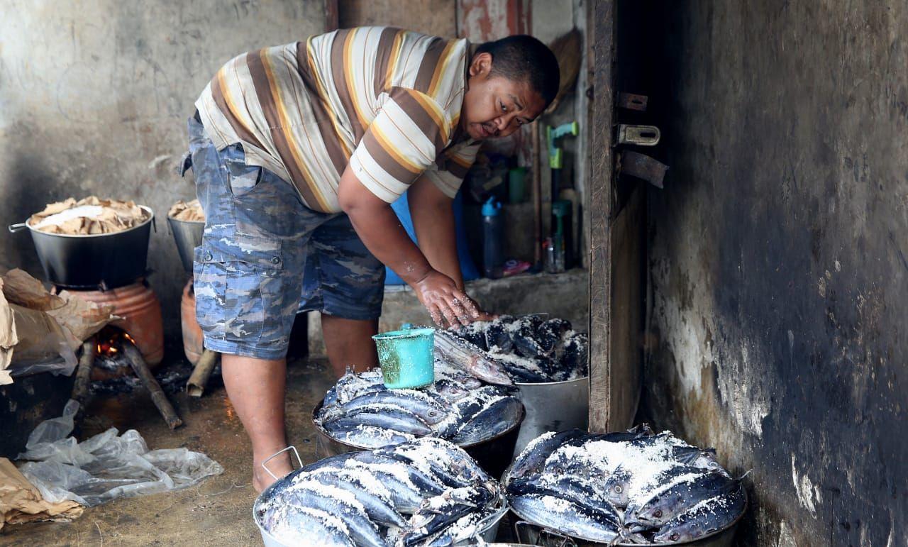 Pengolahan ikan pindang di Desa Cukanggenteng, Kecamatan Pasir Jambu, Kabupaten Bandung.