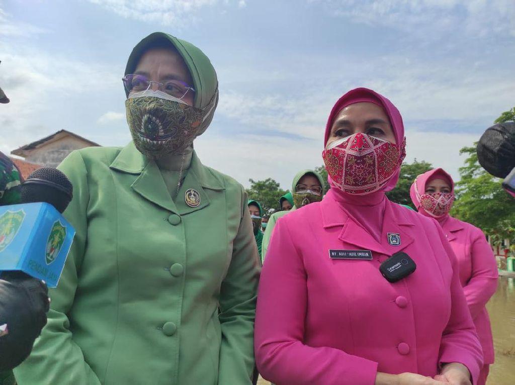 Istri Polisi-TNI Salurkan Bantuan ke Korban Jebolnya Tanggul Citarum