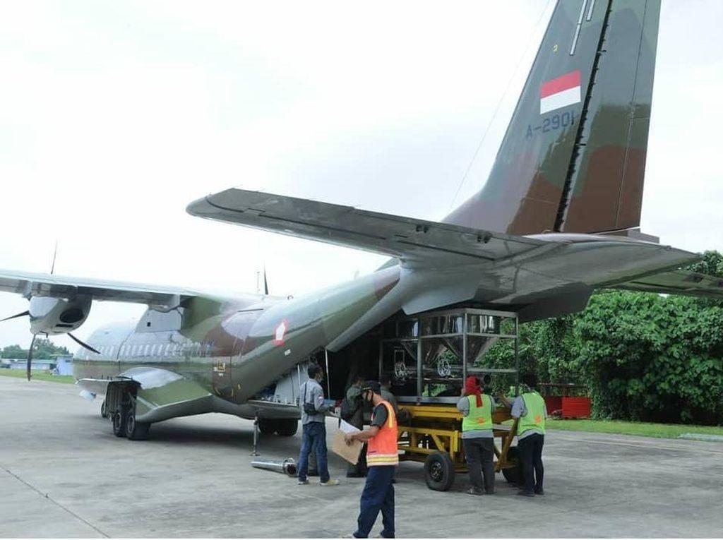 TNI AU Tabur Garam Hingga di Atas Lampung Timur Agar Jabodetabek Tak Hujan
