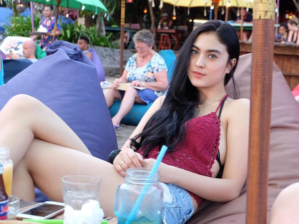 Potret Kulineran Marcella Daryanani di Kafe hingga Pinggir Pantai