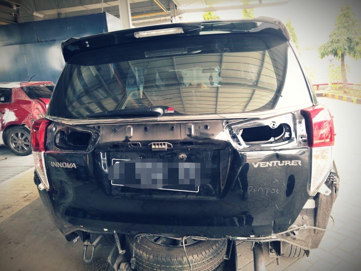 Toyota Kijang Innova milik petani miliarder Tuban yang lecet karena pemiliknya belum mahir mengemudi.