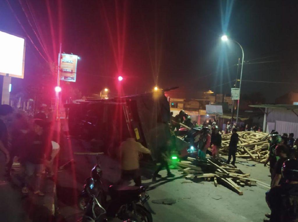 Truk Pembawa Kayu Tabrak 2 Mobil di Salatiga, 2 Orang Tewas Tertimpa Muatan