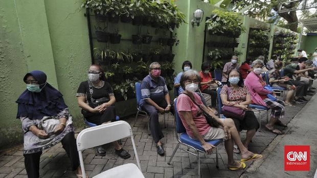 Sejumlah warga lanjut usia (lansia) antre untuk mengikuti vaksinasi COVID-19 di Puskesmas Kecamatan Senen, Jakarta, Selasa, 23 Februari 2021. CNN Indonesia/Adhi Wicaksono