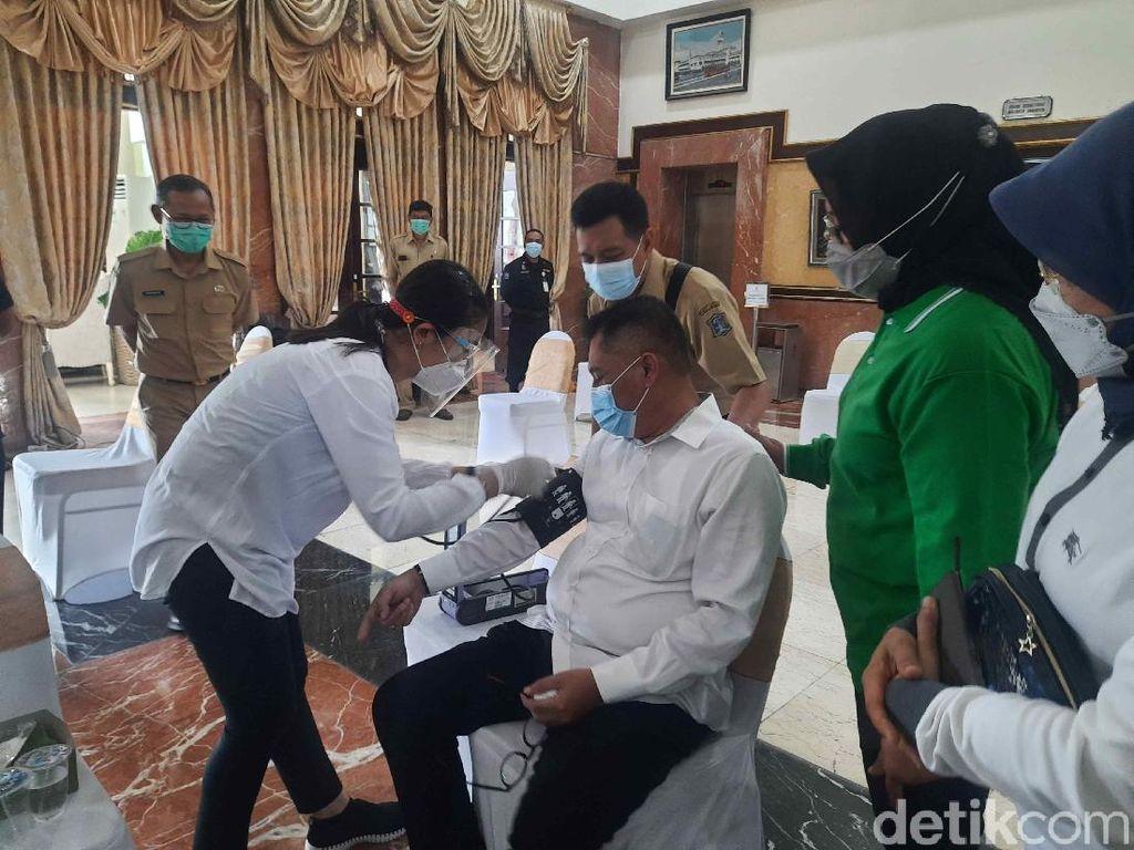 Usai Disuntik Vaksin COVID-19, Tubuh Kasatpol PP Surabaya Lemas