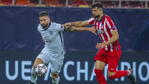 Chelsea's Olivier Giroud, left, fights for the ball with Atletico Madrid's Felipe during the Champions League, round of 16, first leg soccer match between Atletico Madrid and Chelsea at the National Arena stadium in Bucharest, Romania, Tuesday, Feb. 23, 2021. (AP Photo/Vadim Ghirda)