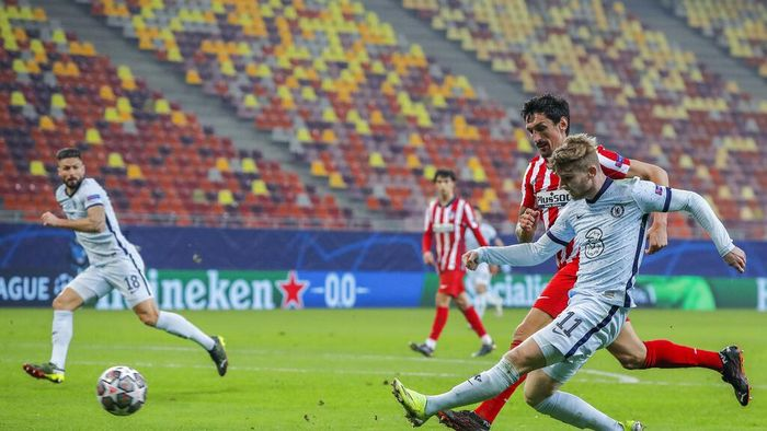 Atletico Madrids Thomas Lemar, right, tries a shot during the Champions League, round of 16, first leg soccer match between Atletico Madrid and Chelsea at the National Arena stadium in Bucharest, Romania, Tuesday, Feb. 23, 2021. (AP Photo/Vadim Ghirda)