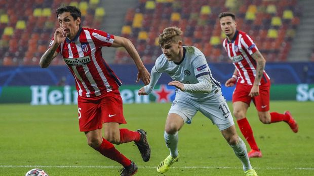 Chelsea's Timo Werner, center, runs for the ball next to Atletico Madrid's Lucas Torreira during the Champions League, round of 16, first leg soccer match between Atletico Madrid and Chelsea at the National Arena stadium in Bucharest, Romania, Tuesday, Feb. 23, 2021. (AP Photo/Vadim Ghirda)