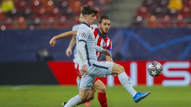 Chelsea's Mason Mount, right, vies for the ball with Atletico Madrid's Koke during the Champions League, round of 16, first leg soccer match between Atletico Madrid and Chelsea at the National Arena stadium in Bucharest, Romania, Tuesday, Feb. 23, 2021. (AP Photo/Vadim Ghirda)