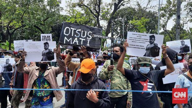 Puluhan mahasiswa Papua melakukan aksi unjuk rasa menolak perpanjangan otonk khusus (Otsus) di Kantor Kementerian Dalam Negeri (Kemendagri), Jakarta, Rabu (24/2).