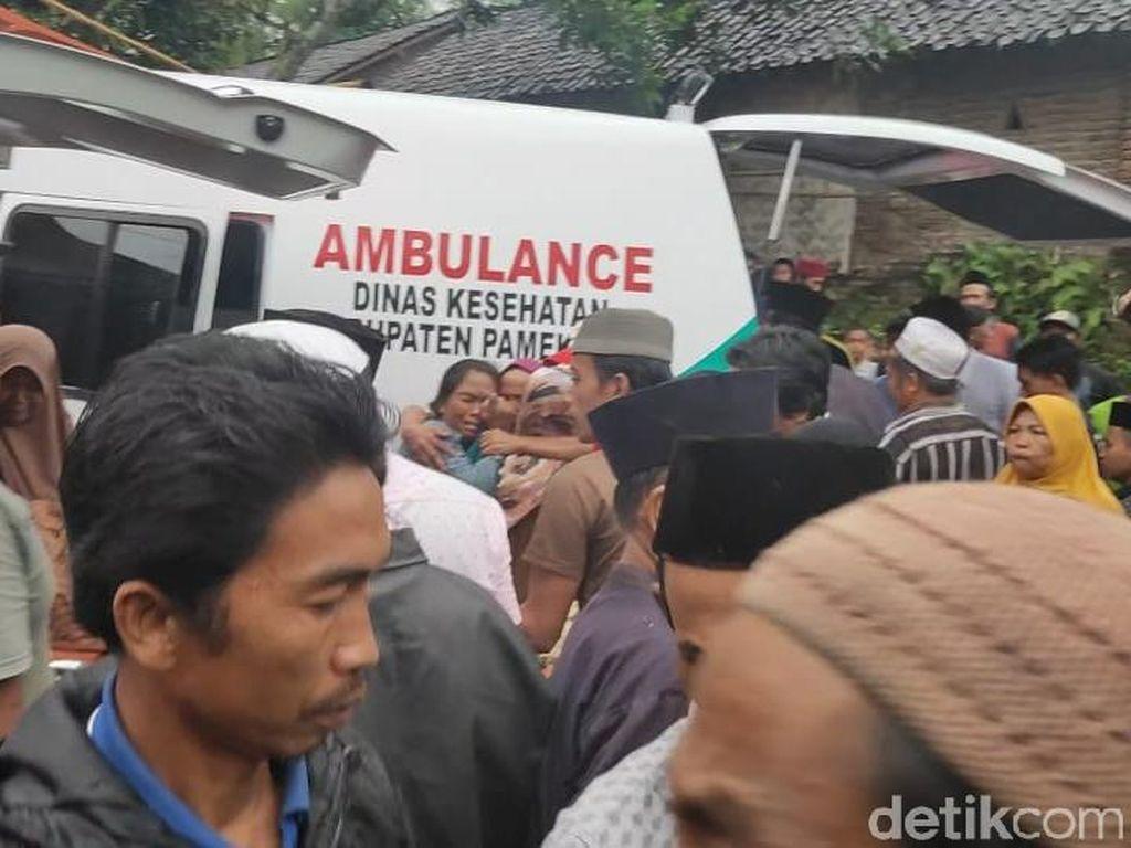 Dua Santriwati Asal Jember Korban Longsor Pamekasan Dimakamkan Berdampingan