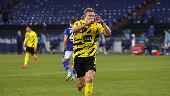 GELSENKIRCHEN, GERMANY - FEBRUARY 20: Erling Haaland of Borussia Dortmund celebrates after scoring his teams second goal during the Bundesliga match between FC Schalke 04 and Borussia Dortmund at Veltins-Arena on February 20, 2021 in Gelsenkirchen, Germany. Sporting stadiums around Germany remain under strict restrictions due to the Coronavirus Pandemic as Government social distancing laws prohibit fans inside venues resulting in games being played behind closed doors. (Photo by Lars Baron/Getty Images)