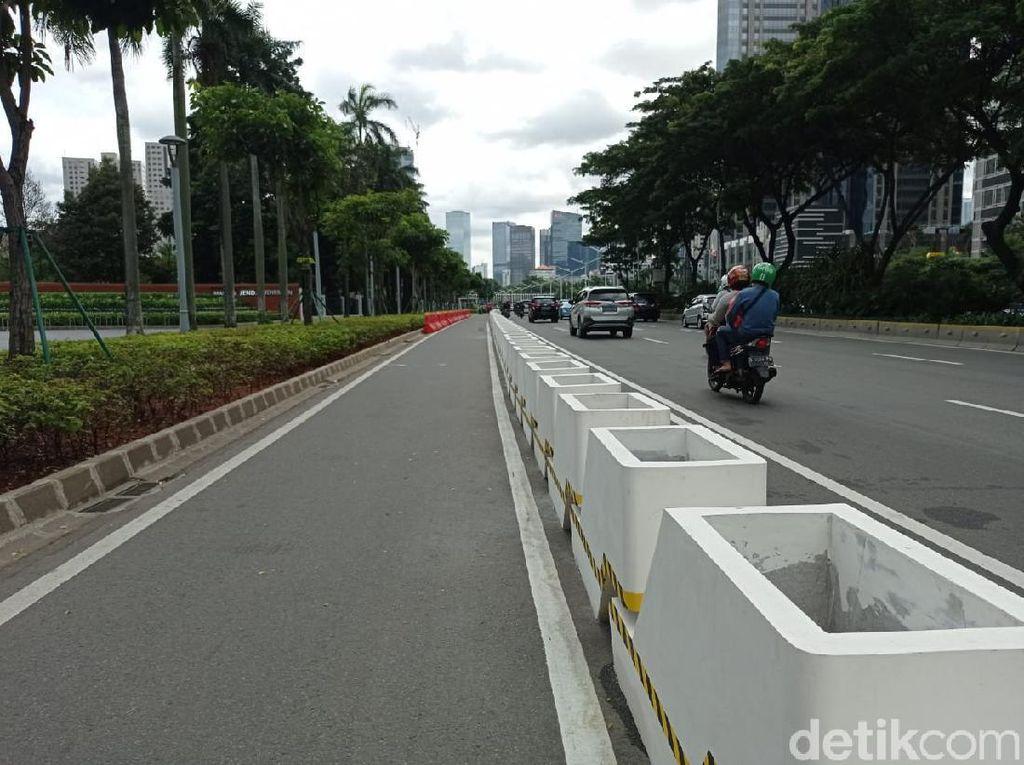 Pembatas Jalur Sepeda Permanen Mulai Dipasang di Jl Sudirman, Ini Wujudnya