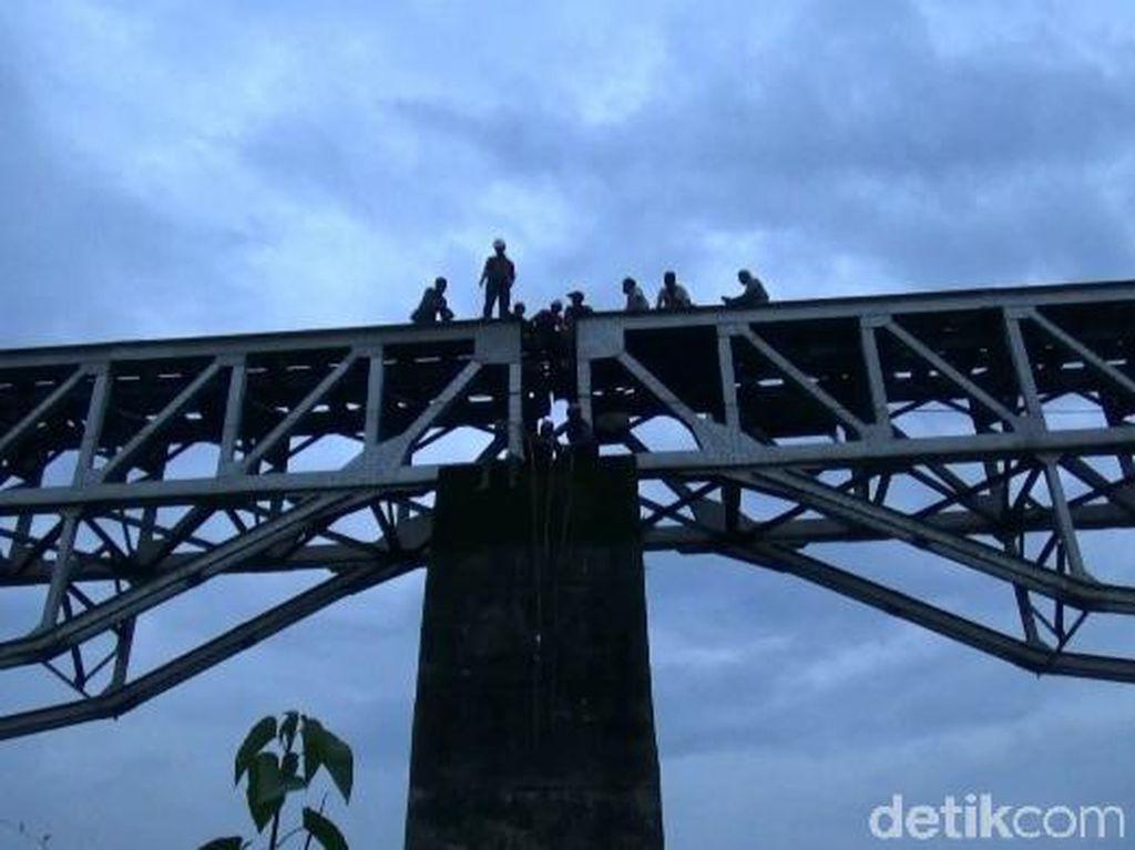 Dramatis! Petugas Evakuasi Wanita Terserempet Kereta di Jembatan Cisalada