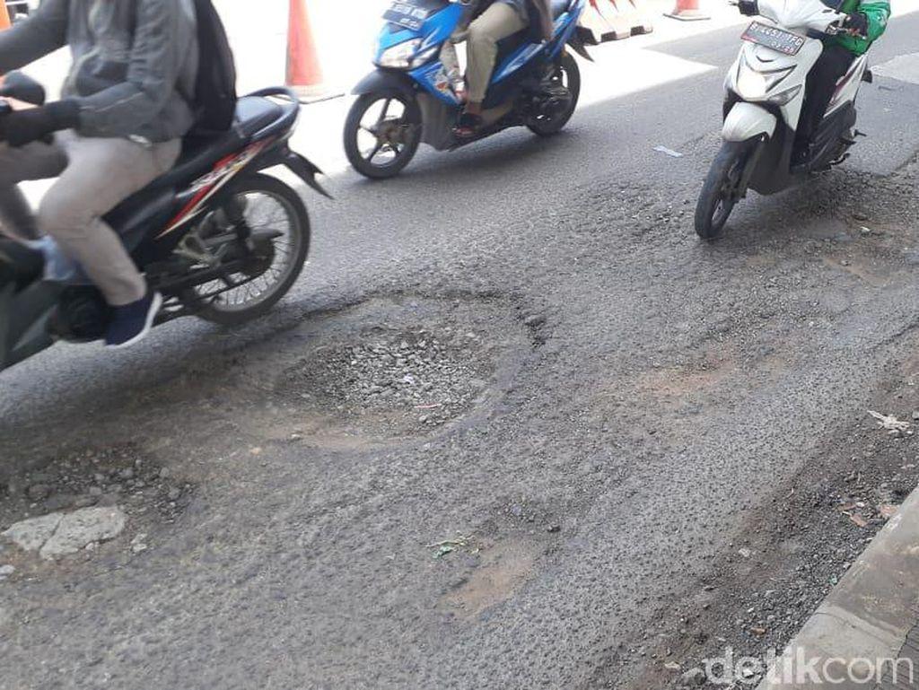 Jl KH Noer Ali Dekat Kota Bintang Tambah Rusak, Aspal Berlubang
