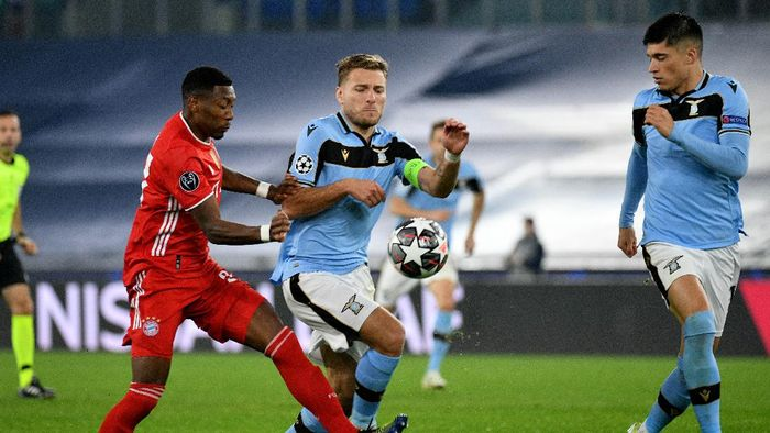 ROME, ITALY - FEBRUARY 23: Ciro Immobile of SS Lazio competes for the ball with David Alaba of Bayern Munchen during the UEFA Champions League Round of 16 match between Lazio Roma and Bayern München at Olimpico Stadium on February 23, 2021 in Rome, Italy. (Photo by Marco Rosi - SS Lazio/Getty Images)