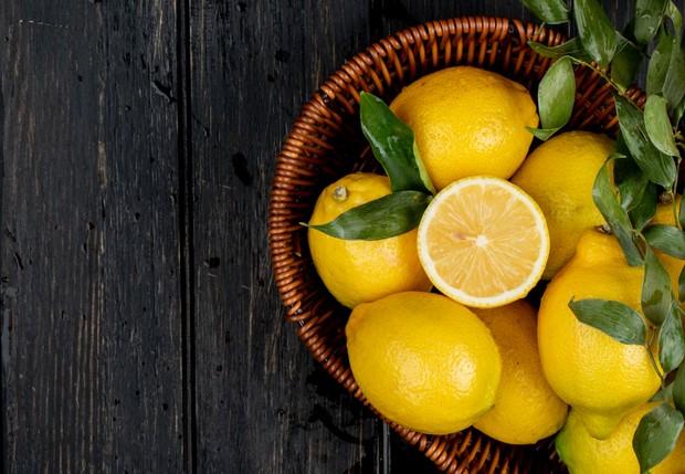 Kandungan lemon sangat baik untuk mengatasi kulit kusam agar kembali bercahaya.