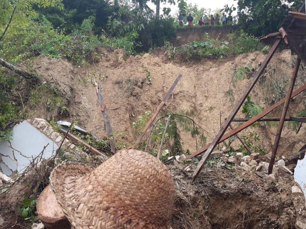 Longsor Pamekasan Timbun 5 Santriwati Diawali Hujan Deras dan Angin Kencang