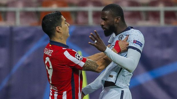 Atletico Madrid's Luis Suarez, left, argues with Chelsea's Antonio Rudiger during the Champions League, round of 16, first leg soccer match between Atletico Madrid and Chelsea at the National Arena stadium in Bucharest, Romania, Tuesday, Feb. 23, 2021. (AP Photo/Vadim Ghirda)