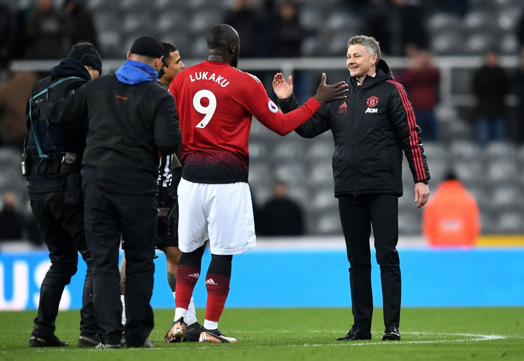 MANCHESTER, ENGLAND - APRIL 10:  Ole Gunnar Solskjaer, Manager of Manchester United in discussion with Romelu Lukaku of Manchester United during the UEFA Champions League Quarter Final first leg match between Manchester United and FC Barcelona at Old Trafford on April 10, 2019 in Manchester, England. (Photo by Michael Regan/Getty Images)